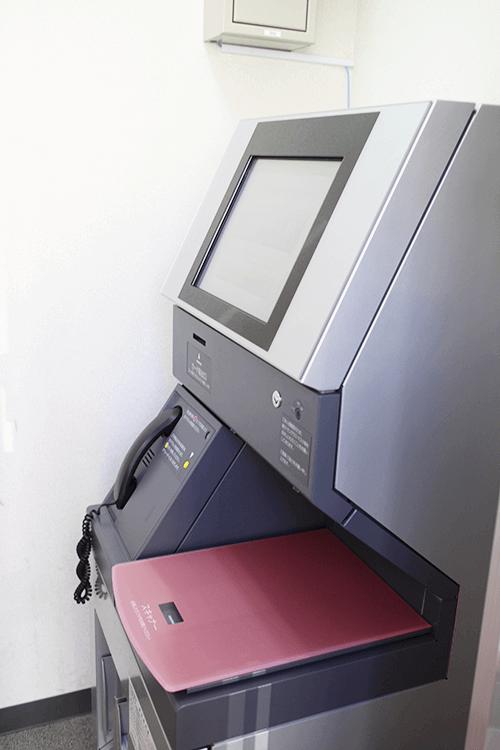 SMBCモビットのローン申込機-ブース内